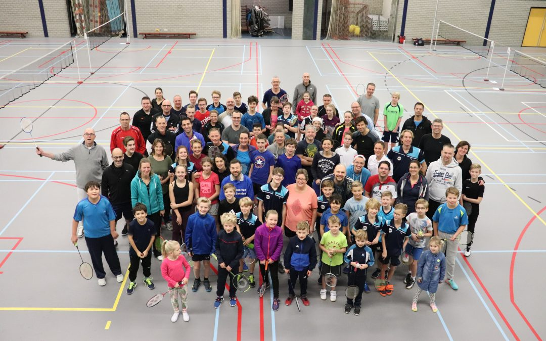 Kerstmutsen, jingle bells en badminton!